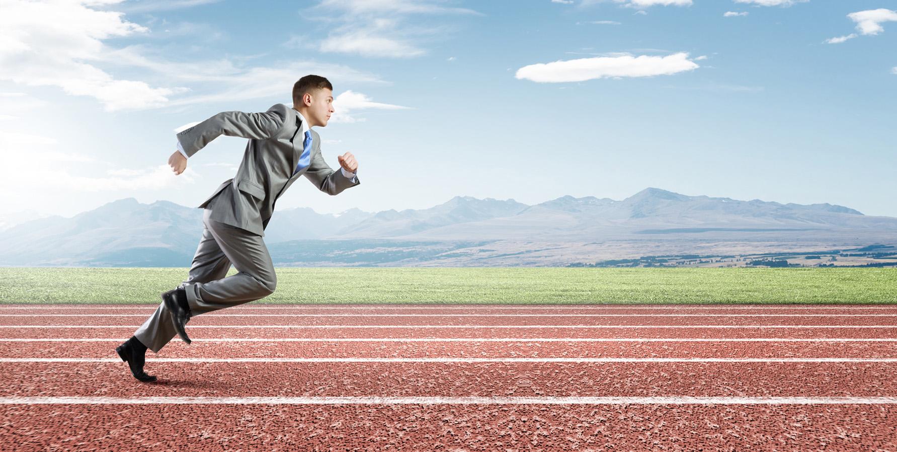 Image du slider - Homme en costume sur piste d'athlétisme